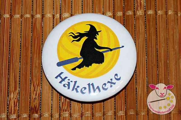 Button: Häkelhexe