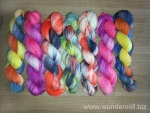 Unterschiedlich gefärbte Wollstränge