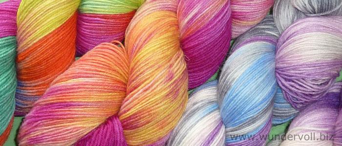 Handgefärbte Wolle in unterschiedlichen leutenden Farben