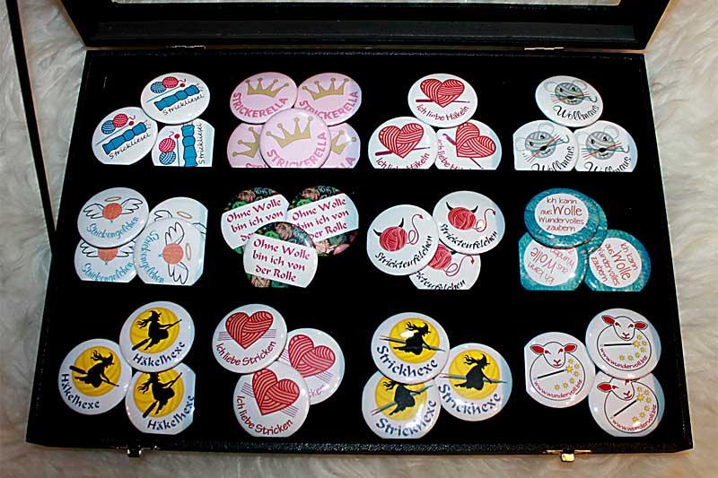 Buttons mit Strickmotiven und Häkelmotiven zum Anstecken bei uns im Shop
